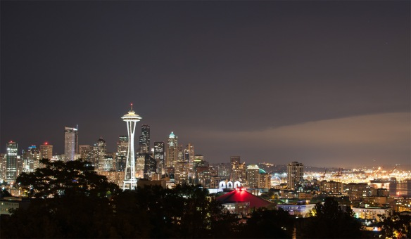https://upload.wikimedia.org/wikipedia/commons/9/9e/Seattle_at_night,_from_Kerry_Park.jpg