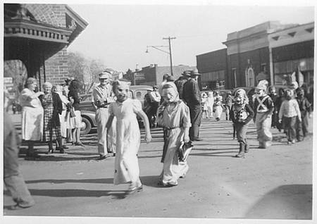 Children-Trick-or-Treating-1950.jpg